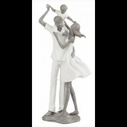 Statuette en famille sur les épaules de papa